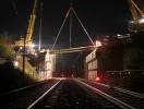 Überbauerneuerung Brücke B13 über die DB –Strecke Treuchtlingen-Würzburg; Einheben eines Fertigteilträgers